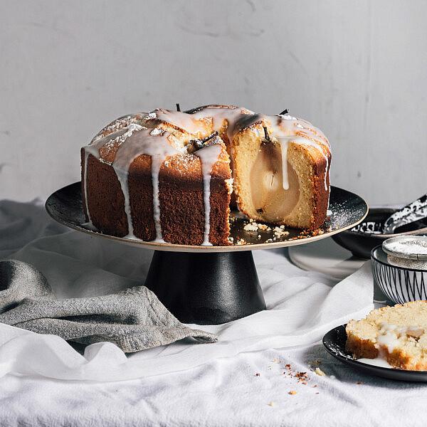 עוגה בחושה עם אגסים שלמים ביין לבן ויוגורט של ליאור משיח, המחלבה מבית יצחק. צילום: נעם פריסמן סטיילינג: ענת לבל