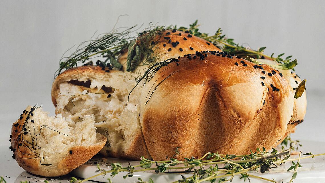 חלת בריוש במילוי גבינות של ליאור משיח, המחלבה מבית יצחק. צילום: נעם פריסמן סטיילינג: ענת לבל