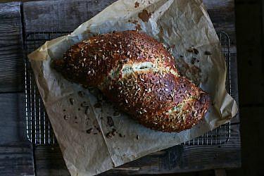 חלת פריקה וזרעי חמנייה של שף ארז קומרובסקי. צילום: מתן שופן