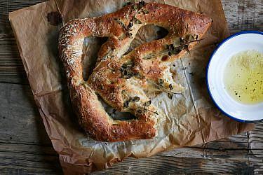 פוגאס פריקה, אורגנו ושומן טלה של שף ארז קומרובסקי. צילום: מתן שופן