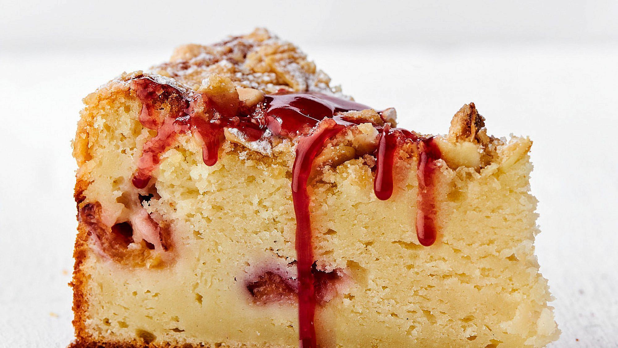 עוגת גבינה בחושה עם נקטרינות של רותם ליברזון. צילום: אמיר מנחם