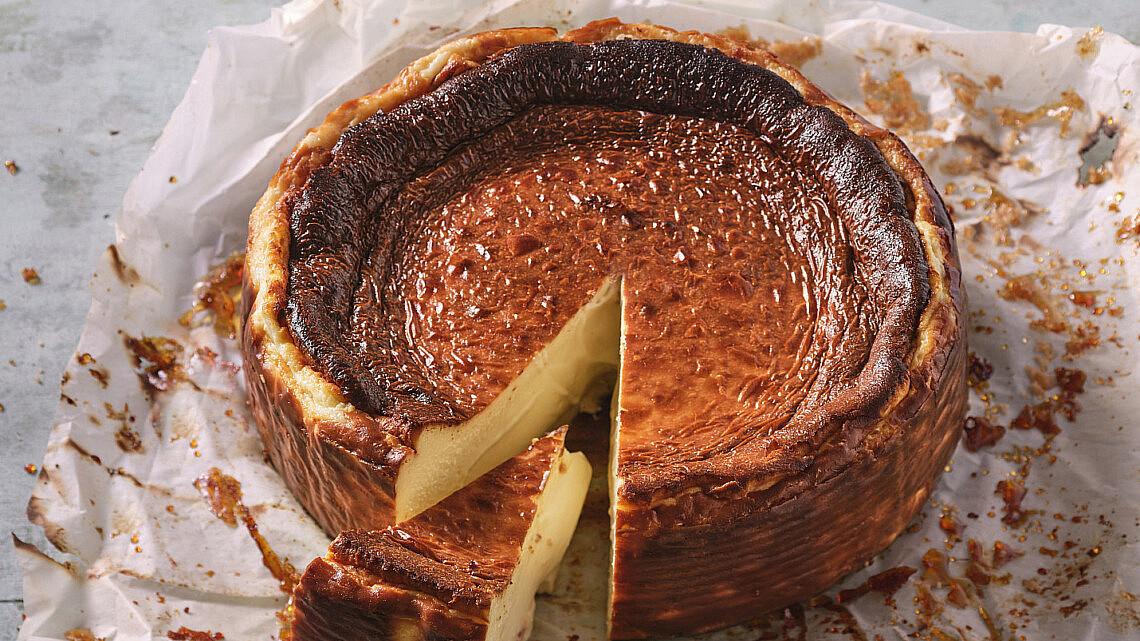 עוגת גבינה באסקית של קפה נורדוי. צילום: אנטולי מיכאלו