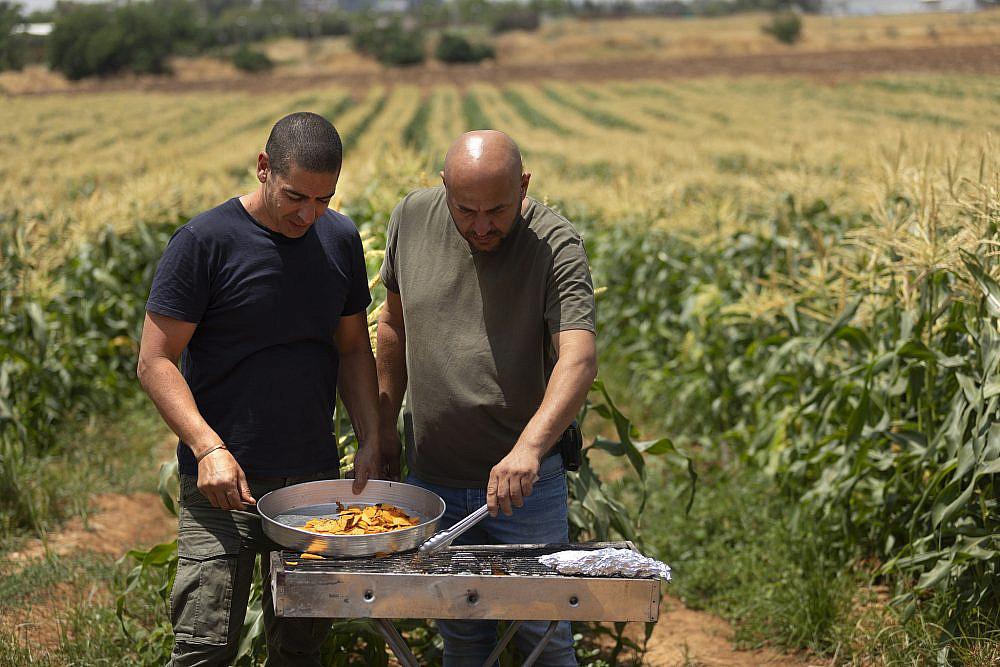 מערכת יחסים שנמשכת שנים שף יוסי שטרית והחקלאי בני נקווה, החקלאי והשף. צילום: דניאל לילה
