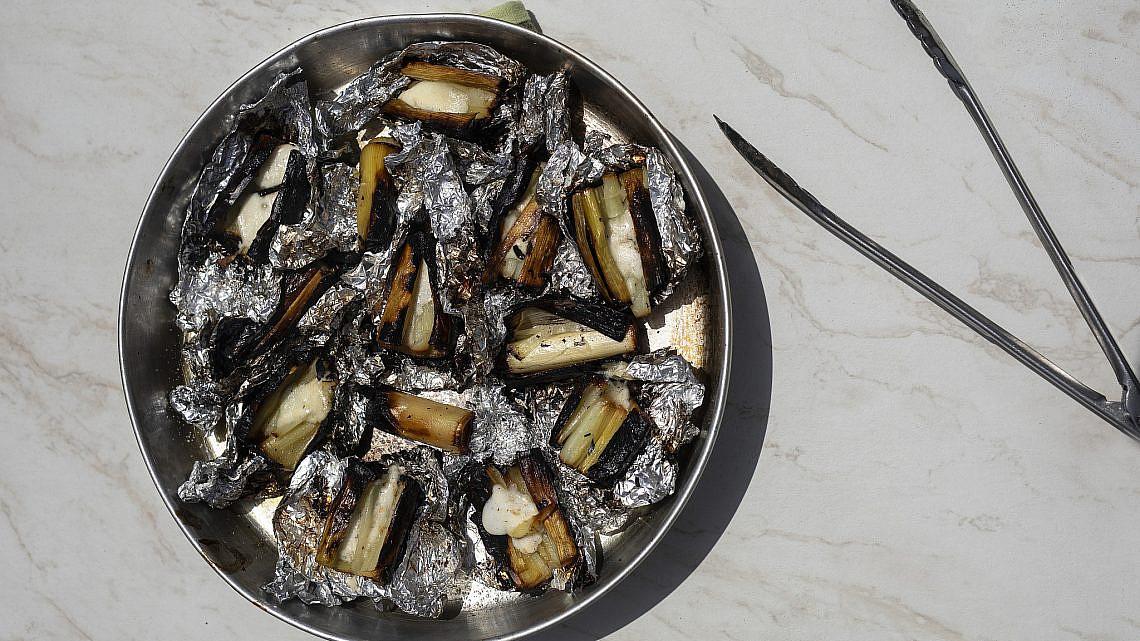 כרשה על גריל פחמים עם גבינת פרובולונה של יוסי שטרית. צילום: דניאל לילה; סטיילינג: גיא כהן