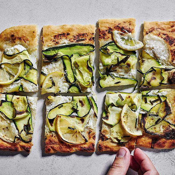 פיצה זוקיני קיצית של רותם ליברזון. צילום: אמיר מנחם; סטיילינג: גיא כהן
