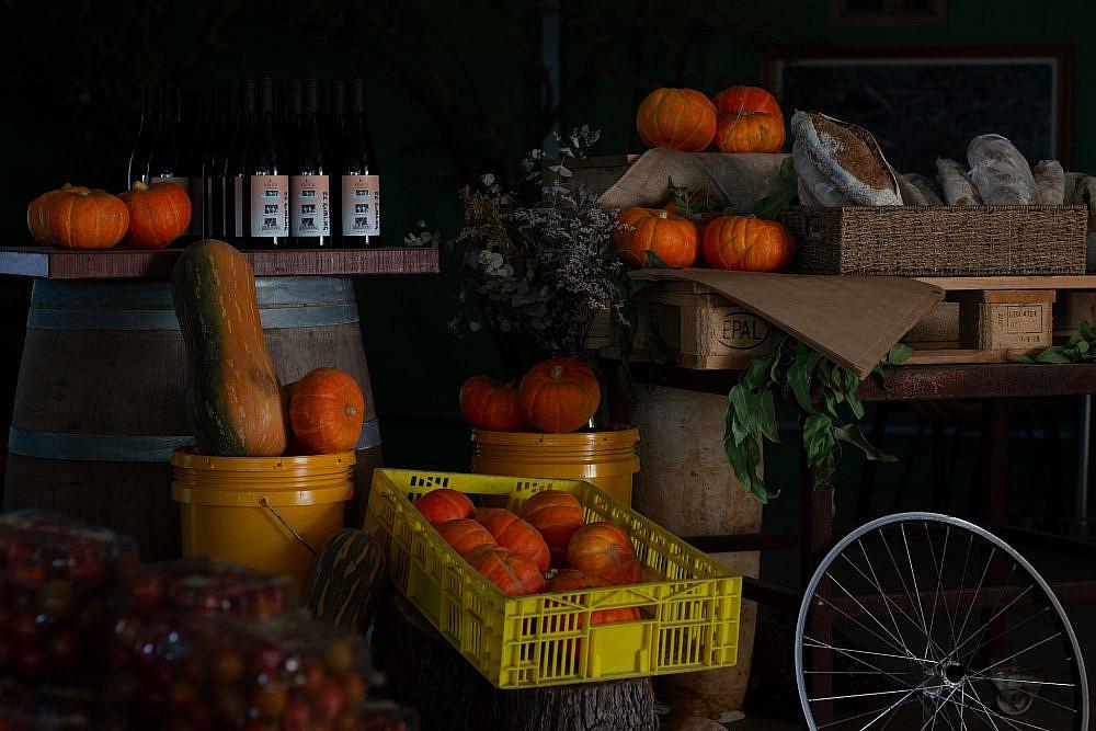 """""""כשאני מוכר ירקות שאני יודע מה המקור שלהם אני הוגן יותר כלפי הלקוח"""" איגרא במשק. צילום: מתן שופן"""