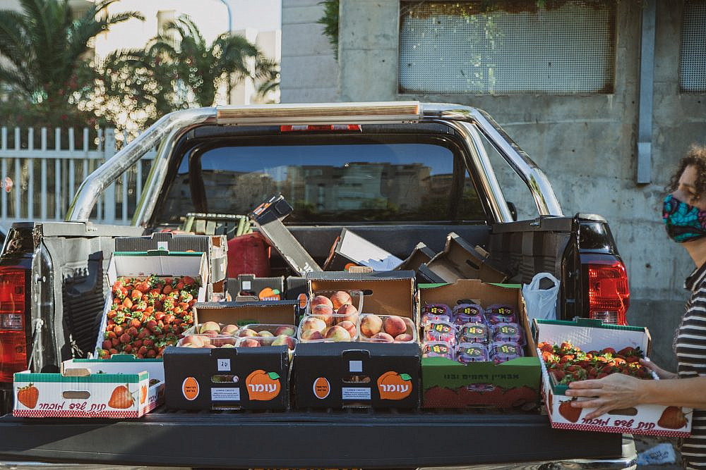 ניסיונות להסדיר את המכירה הישירהמשאית פורקת סחורה בלב תל אביב. צילום: שני בריל