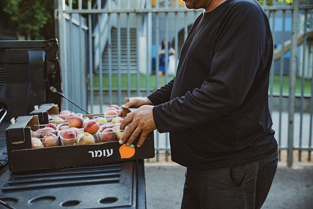 מה שבמלאי משאית פורקת סחורה בלב תל אביב. צילום: שני בריל