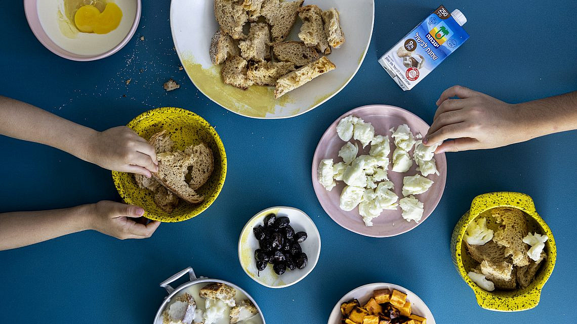 ברד פודינג מלוח עם זיתים ובטטה של שף יוגב ירוס. צילום: דן לב, סטיילינג: גיא כהן