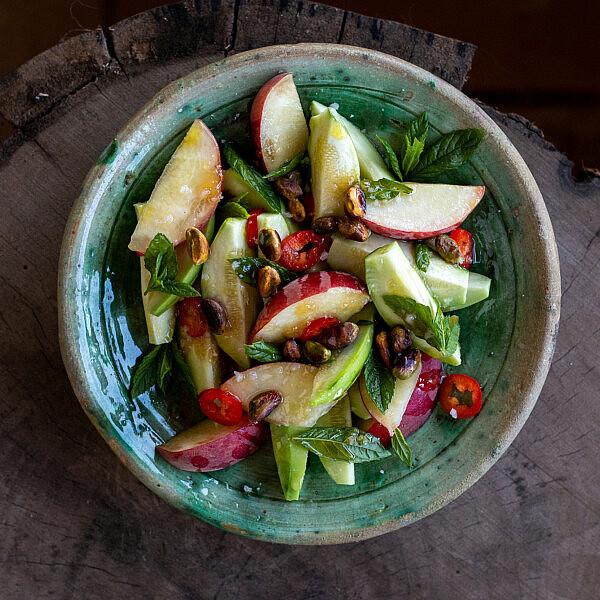 סלט בעג'יר (חרוש) ואפרסקים של ארז קומרובסקי. צילום: מתן שופן
