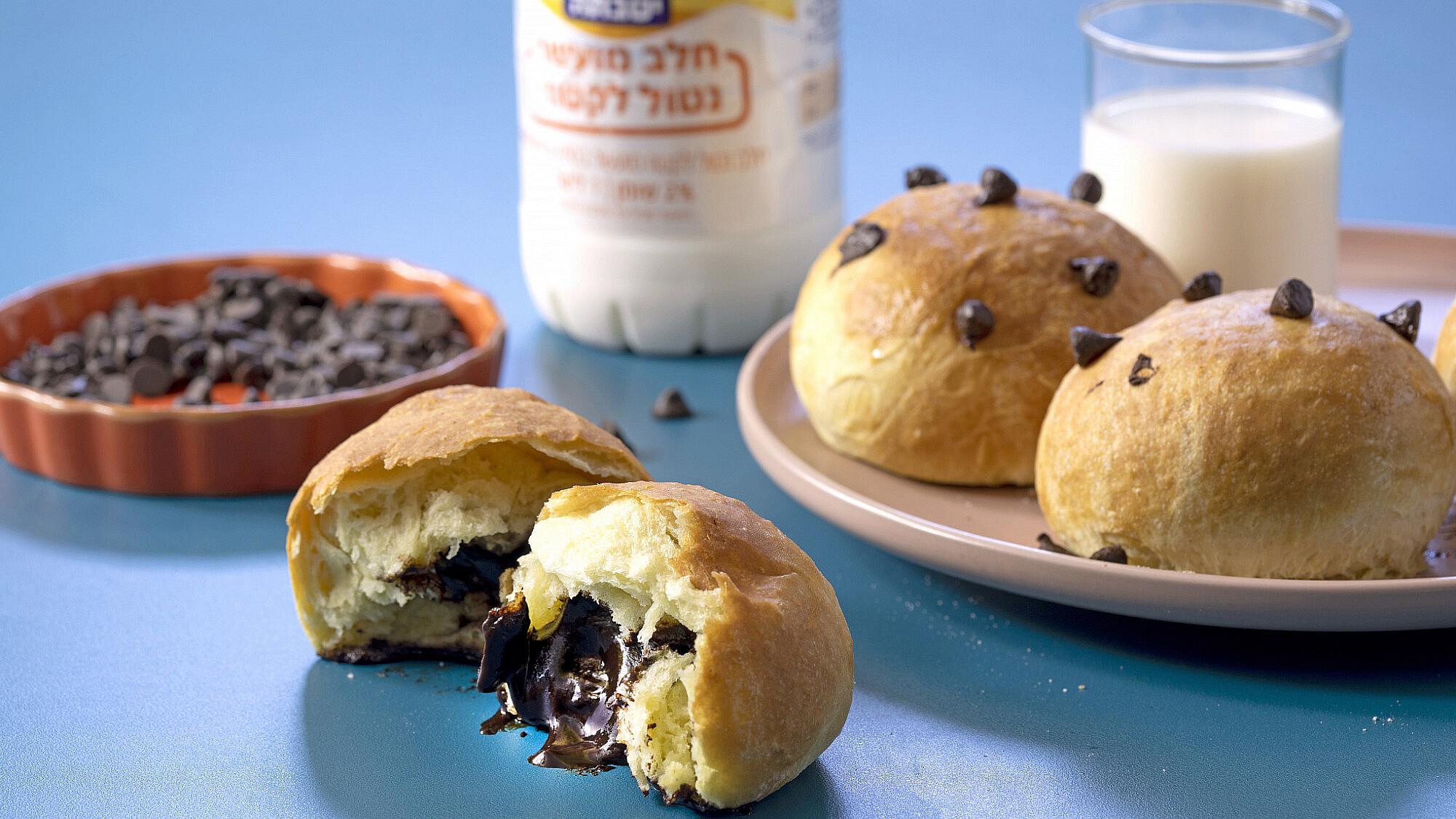 לחמניות חלב ודבש עם שוקולד. צילום: דן לב; סטיילינג: גיא כהן