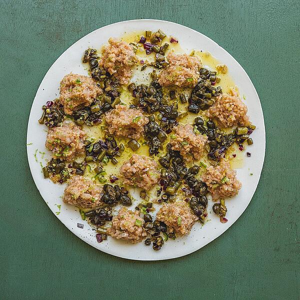 קובנייה דג ים ברוטב חמאה וצלפים של רינת צדוק. צילום: שני בריל