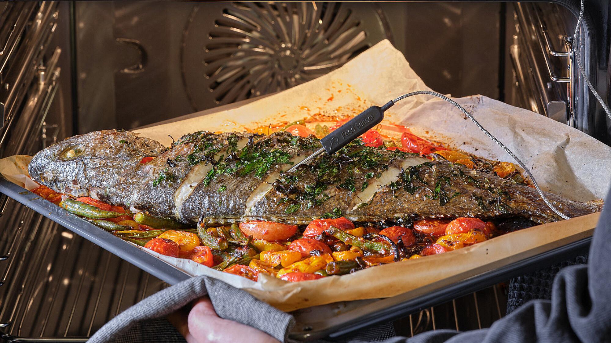 דג שלם בתנור על עגבניות שרי ושעועית ירוקה באריסה של שף אודי ברקן. צילום: אנטולי מיכאלו. סטיילינג: ענת לבל