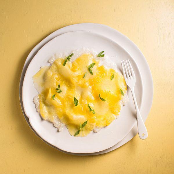 קרפצ'ו אננס עם טפיוקה וניל של שף תומר טל. צילום: דניאל שכטר; סגנון: דיאנה לינדר; כלים: סטודיו 1220
