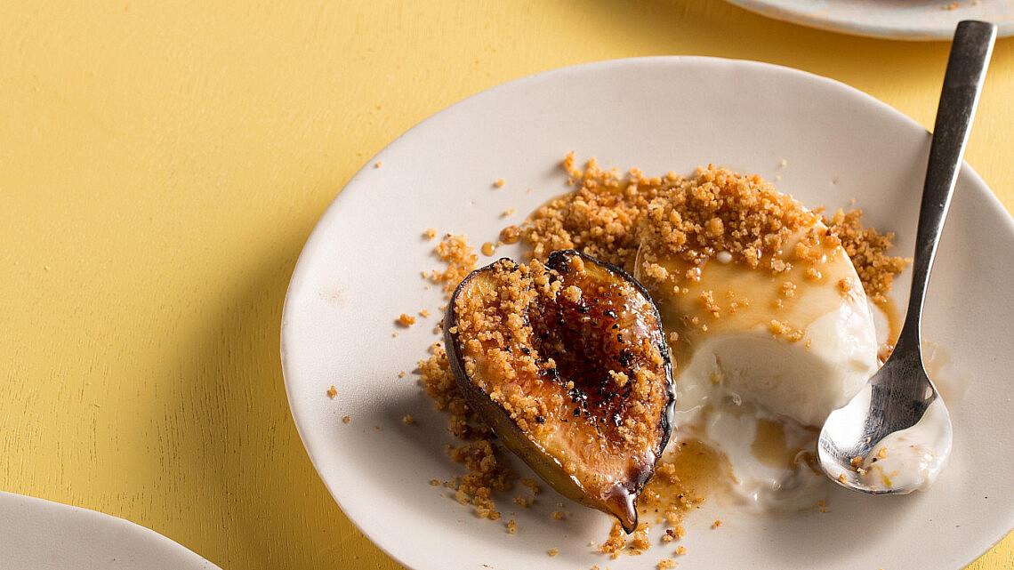מקפא יוגורט ותאנים צלויות עם קרמבל גבינה כחולה של שף תומר טל. צילום: דניאל שכטר, סגנון: דיאנה לינדר, כלים: סטודיו 1220; תמרה