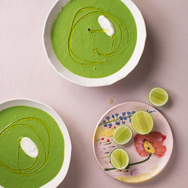 גספצ'ו ירוק של שף תומר טל. צילום: דניאל שכטר, סגנון: דיאנה לינדר, כלים: סטודיו 1220; תמרה