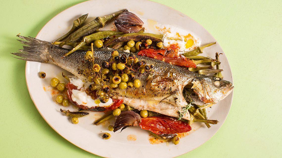 דגים שלמים ביוגורט, ירקות חרוכים וענבי בוסר כבושים של מיכל חביביאן. צילום: דניאל שכטר, סגנון: דיאנה לינדר, כלים: סטודיו 1220