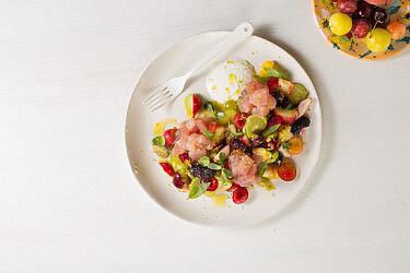 דג נא באקווצ'ילה, פירות קיץ וקושו לימונים של שף מושיקו גמליאלי. צילום: דניאל שכטר, סגנון: דיאנה לינדר, כלים: סטודיו 1220; תמרה