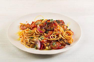 ספגטי ברוטב עגבניות, חצילים ואנשובי של שף מושיקו גמליאלי. צילום: דניאל שכטר, סגנון: דיאנה לינדר, כלים: סטודיו 1220