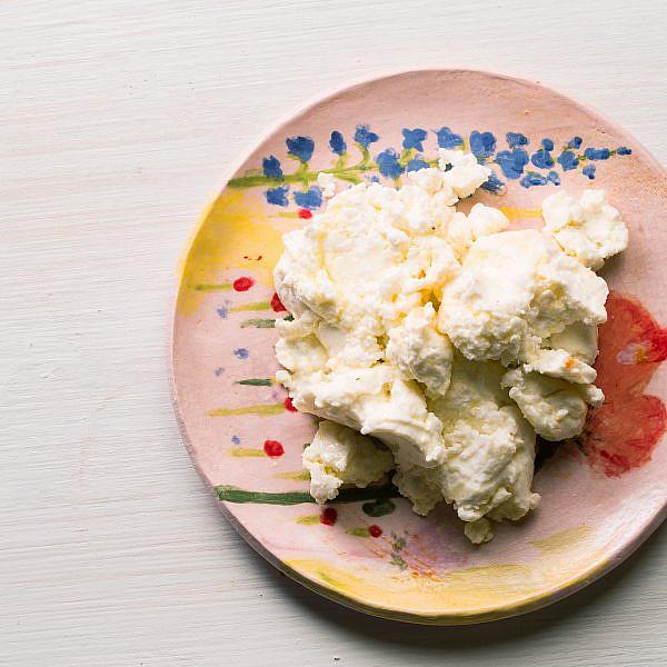 ריקוטה ביתית של שף תומר טל. צילום: דניאל שכטר, סגנון: דיאנה לינדר, כלים: סטודיו 1220; תמרה