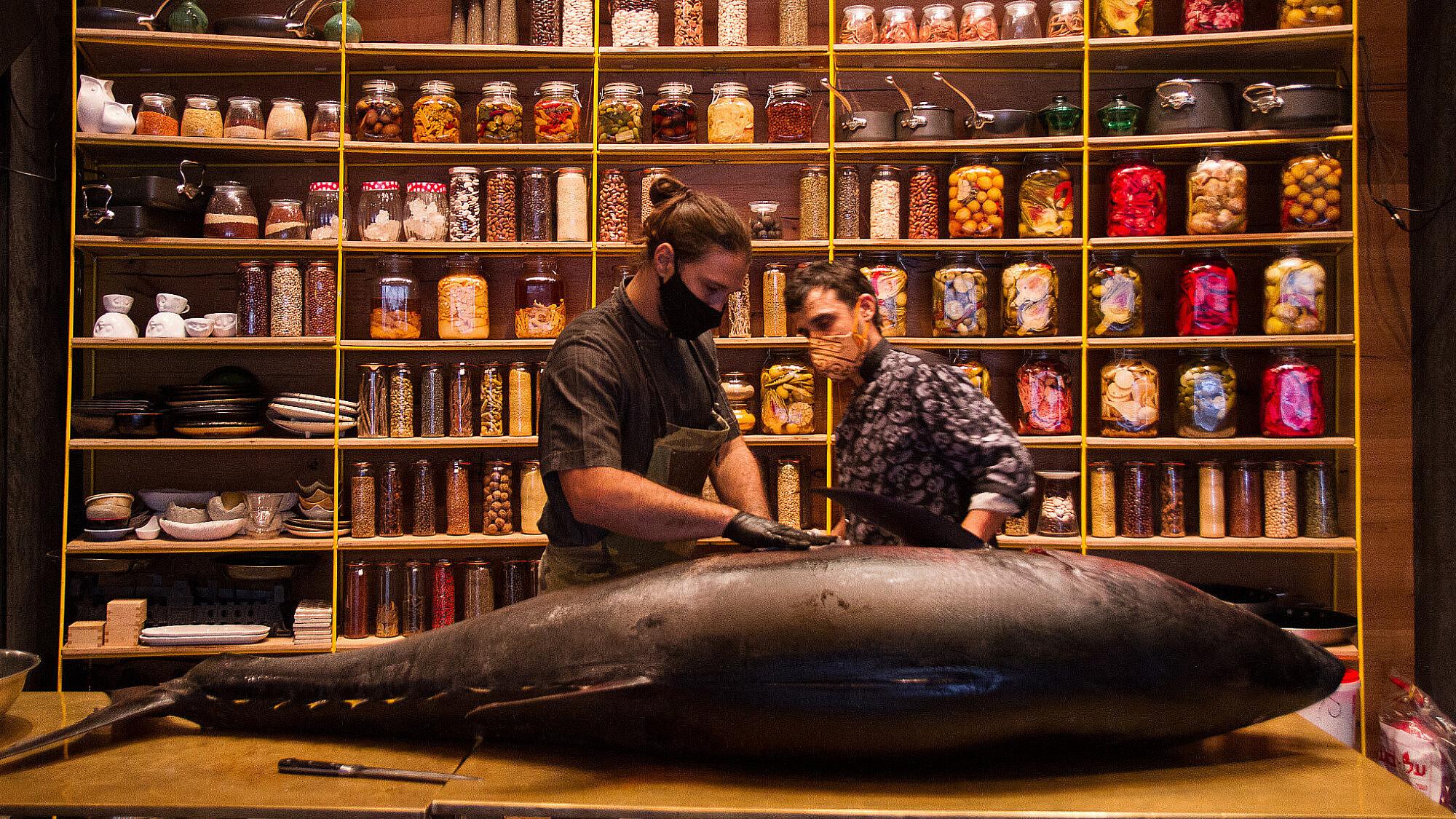 """הזדמנות להתנסות בחוויית הטעם השלמה של הדג שף אור גינסברג מפלט טונה כחולת סנפיר במשקל 200 ק""""ג במסעדת Selas שביפו. צילום: מאיי תדהר"""