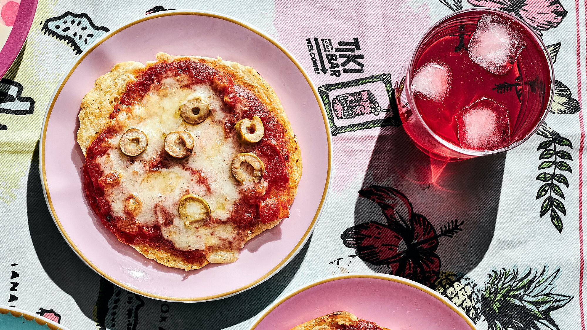 פיצה פיתה של רותם ליברזון. צילום: אמיר מנחם, כלים ואביזרים Sofi סופי, שוק הפשפשים, יפו