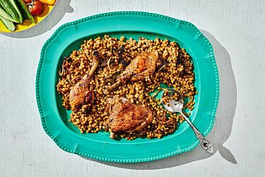 תבשיל עוף ופתיתים של רותם ליברזון. צילום: אמיר מנחם, כלים ואביזרים Sofi סופי, שוק הפשפשים, יפו