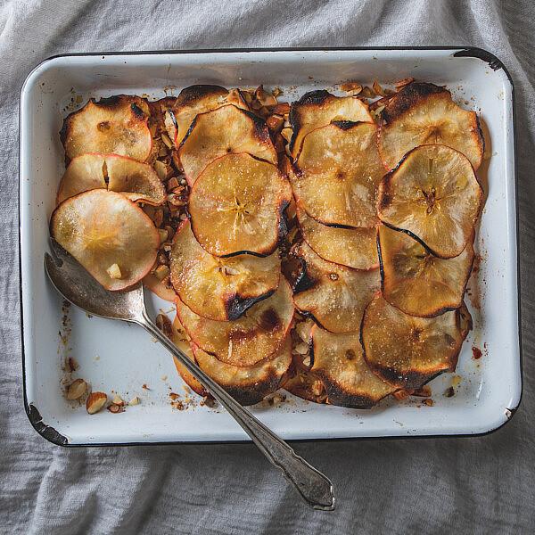 גראטן תפוחי עץ ממולאים במרציפן של רינת צדוק. צילום: שני בריל.
