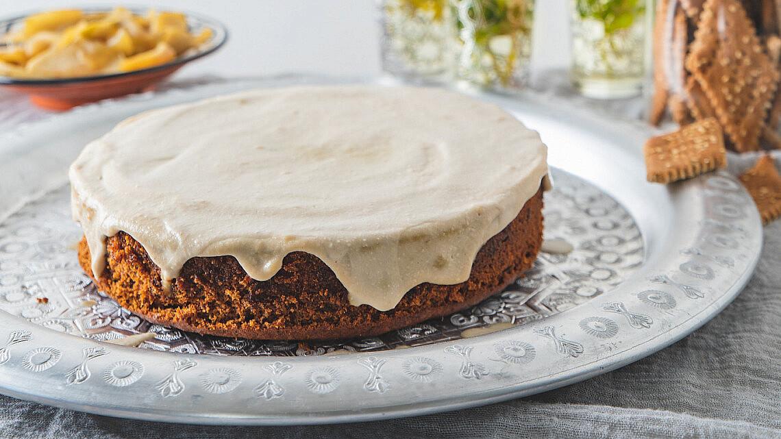 עוגת תמרים בחושה עם רוטב רוזטה  של רינת צדוק. צילום: שני בריל.