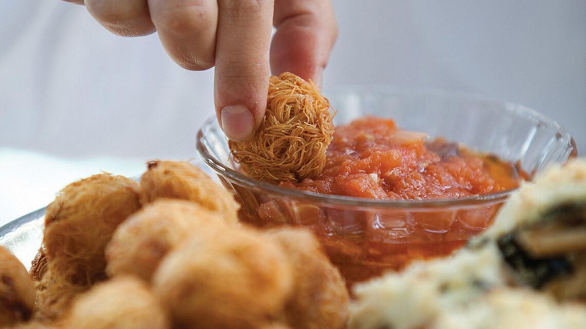 כדורי קדאיף ממולאים במוצרלה וזיתים עם רוטב עגבניות טרי של אורי שפט ורינת צדוק. צילום: דניאל לילה. סטיילינג: עמית פרבר.