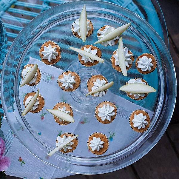 עוגיות פרמזן מתובלות עם קרם רוקפור ואגסים של אורי שפט ורינת צדוק. צילום: דניאל לילה. סטיילינג: עמית פרבר.