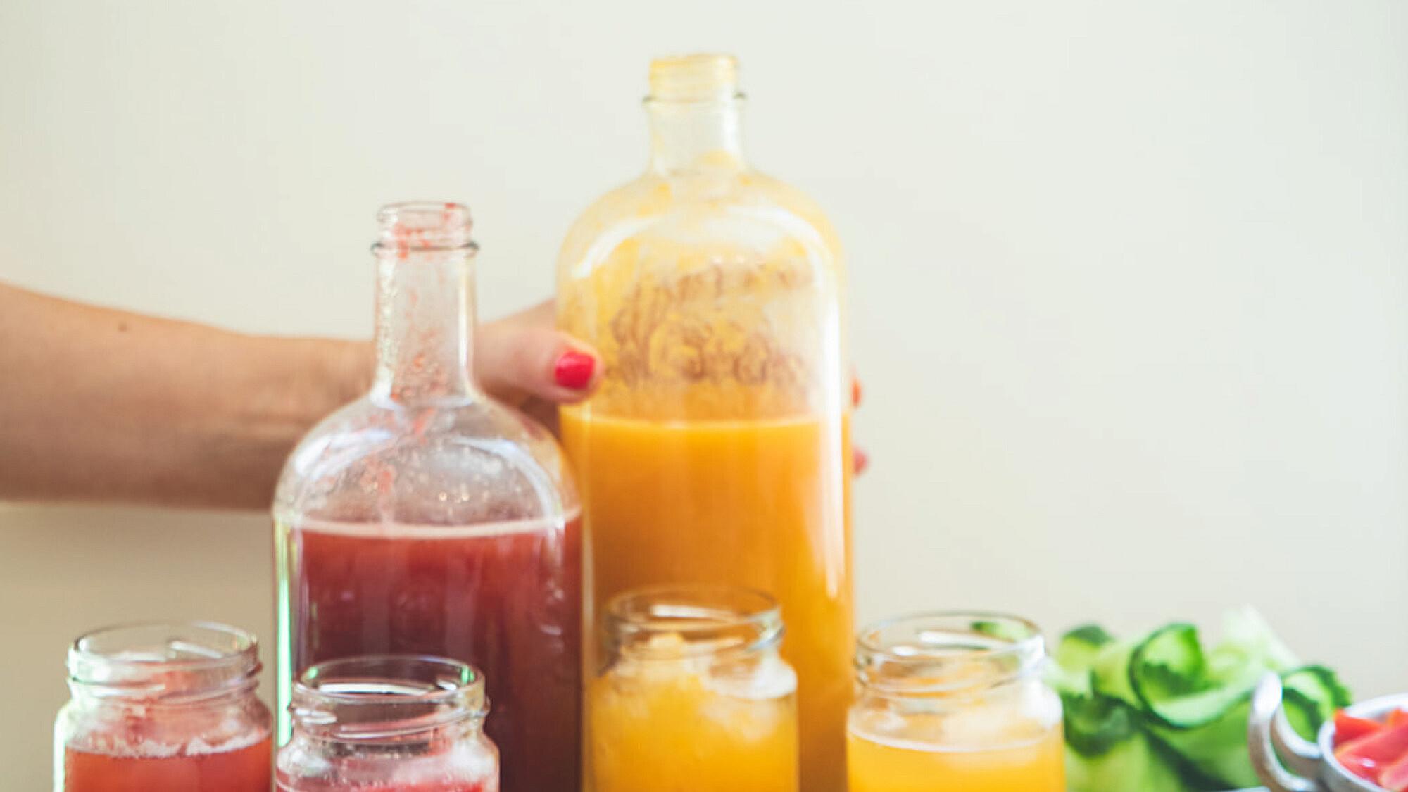 תרכיזי מיץ פירות של רינת צדוק. צילום: שני בריל, סטיילינג: דרור גולן