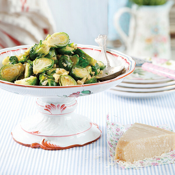 כרוב ניצנים צרוב בחמאת שום ירוק ואגוזים של אורלי פלאי-ברונשטיין. צילום: דניה ויינר. סטיילינג: אוריה גבע