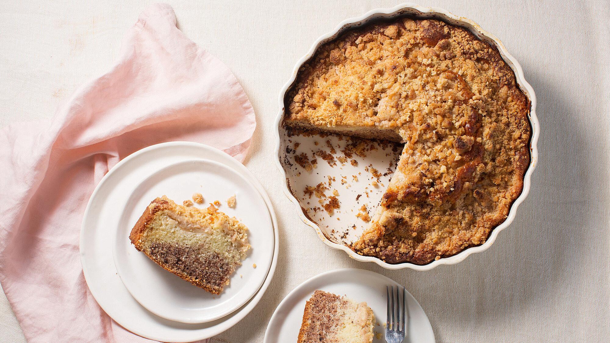 עוגת שיש תפוחים, קינמון ואגוזי לוז של קרן אגם. צילום: דניאל שכטר. סטיילינג: גיא כהן.