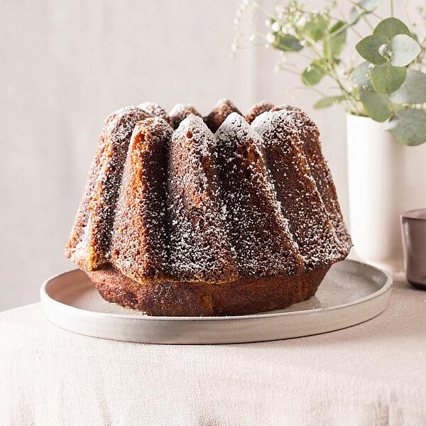 עוגת דבש וקוקוס לחה של קרן אגם. צילום: דניאל שכטר. סטיילינג: גיא כהן.