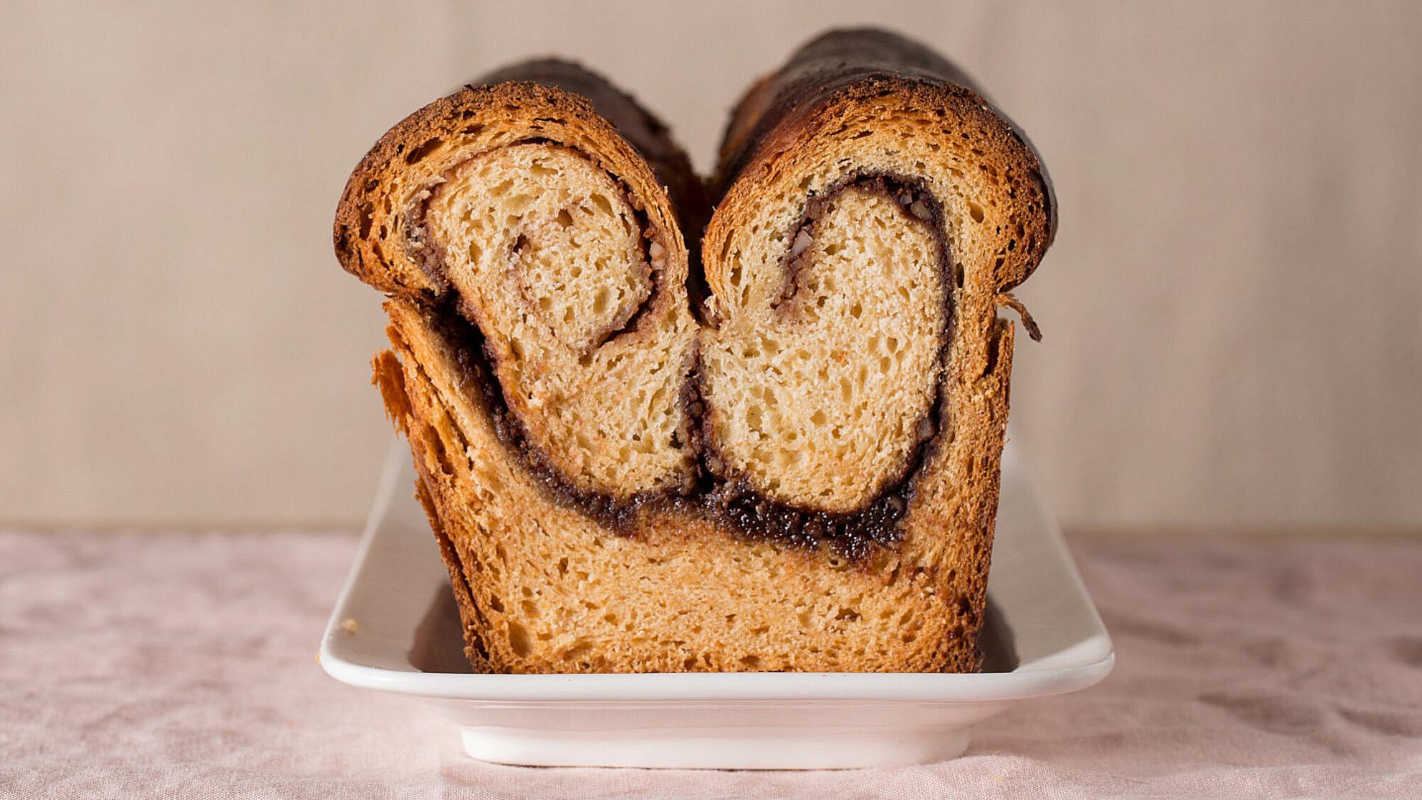 עוגת שמרים קוזונק של קרן אגם. צילום: דניאל שכטר. סטיילינג: גיא כהן.