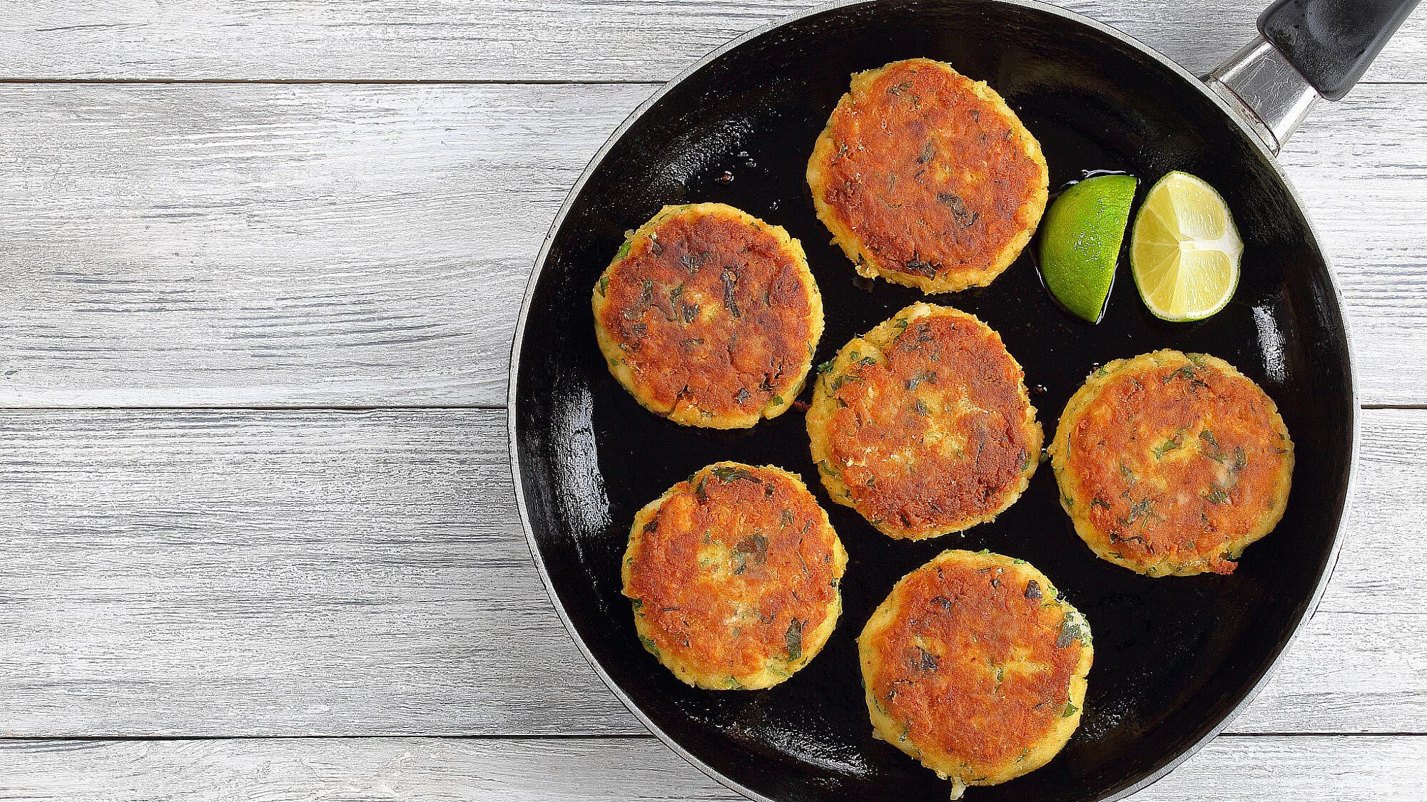 קציצות פראסה ודגים עם סלסה עגבניות של אורלי פלאי-ברונשטיין. צילום: Shutterstock
