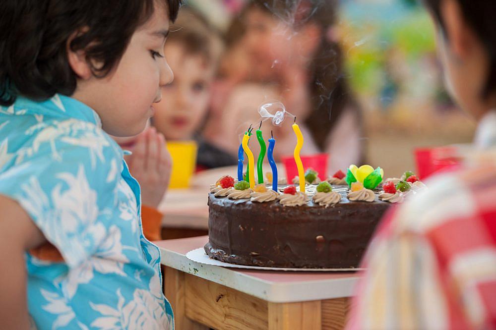 במסיבת יום הולדת ממוצעת ילד אוכל פי 40 יותר סוכר מהכמות המצויה אצלו במחזור הדם עוגת יום הולדת (צילום: Shutterstock)