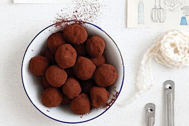 טראפלס שוקולד, מסקרפונה ואגוזי לוז של חן שוקרון. צילום: דניה ויינר סטיילינג: דיאנה לינדר