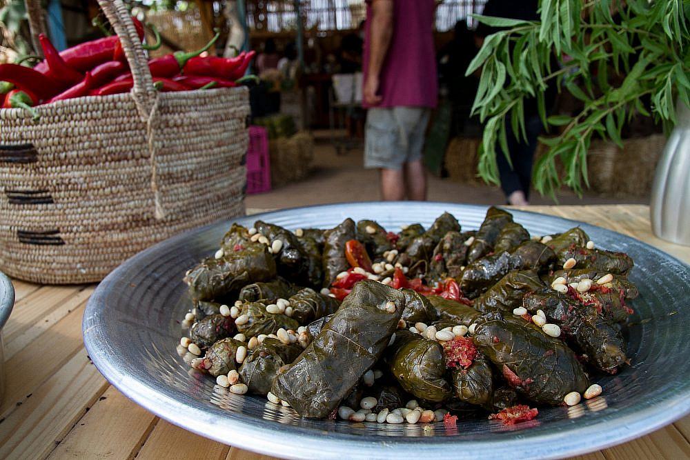 מסעדה ייחודית עלי גפן ממולאים בשוק האורגני של משק חביביאן, נחם. צילום: מאיי תדהר