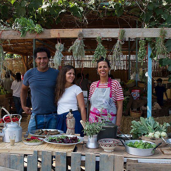 שוק אורגני ובראנץ' מהשדה במשק חביביאן, מושב נחם. מימין: חגית, מיכל ובועז חביביאן (צילום: מאיי תדהר)