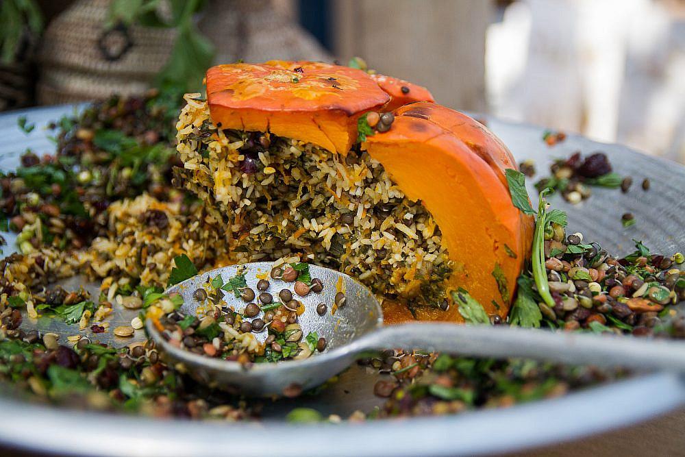מנצלים את עודפי העונה דלעת ממולאת בשוק האורגני של משק חביביאן, נחם. צילום: מאי תדהר