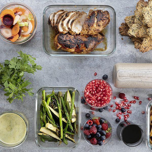 ירקות מוקפצים בווינגרט וזעתר, עוף צלוי במיסו וחלב קוקוס, ירקות כבושים בלימון ומלח של רינת צדוק (צילום: דניאל לילה)