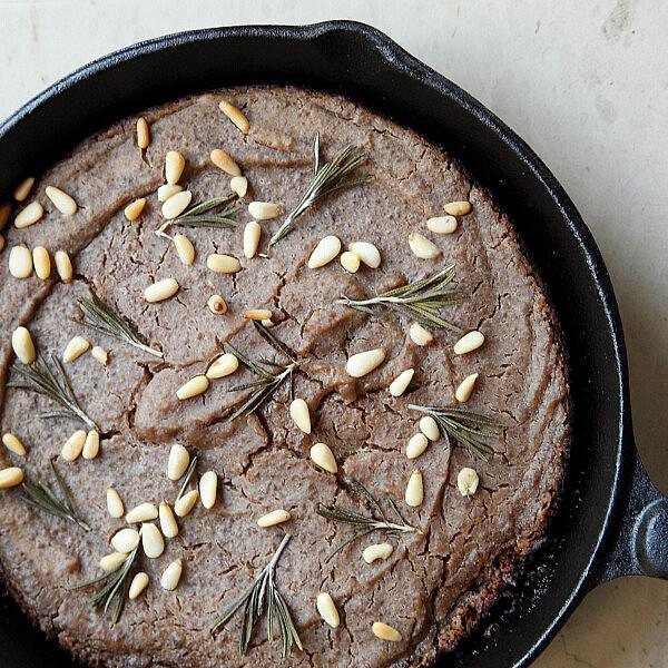 עוגת מחבת ערמונים וצנוברים. צילום: דניה ויינר | סגנון: אוריה גבע