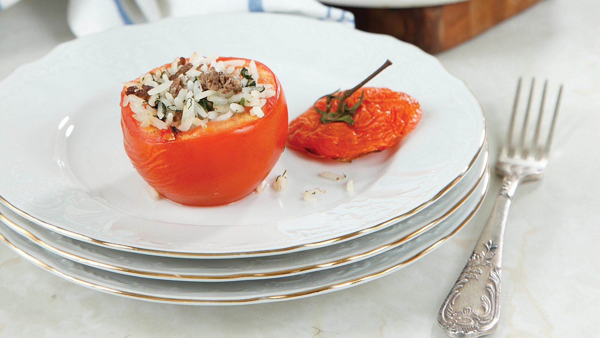 עגבניות ממולאות באורז ובשר של לידור ברזיק-פרידלנד   צילום: דניה ויינר   סגנון: אוריה גבע