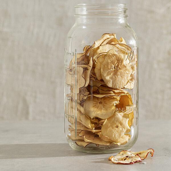 תפוחי עץ מיובשים טבעיים או מתובלים בצ'ילי וזעתר של רינת צדוק. צילום: דניאל לילה.
