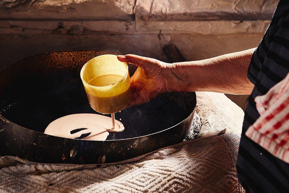 מאכל כמעט סודי, המוכר למעטים זילוף בלילת בצק הדורה. צילום: מתן כץ