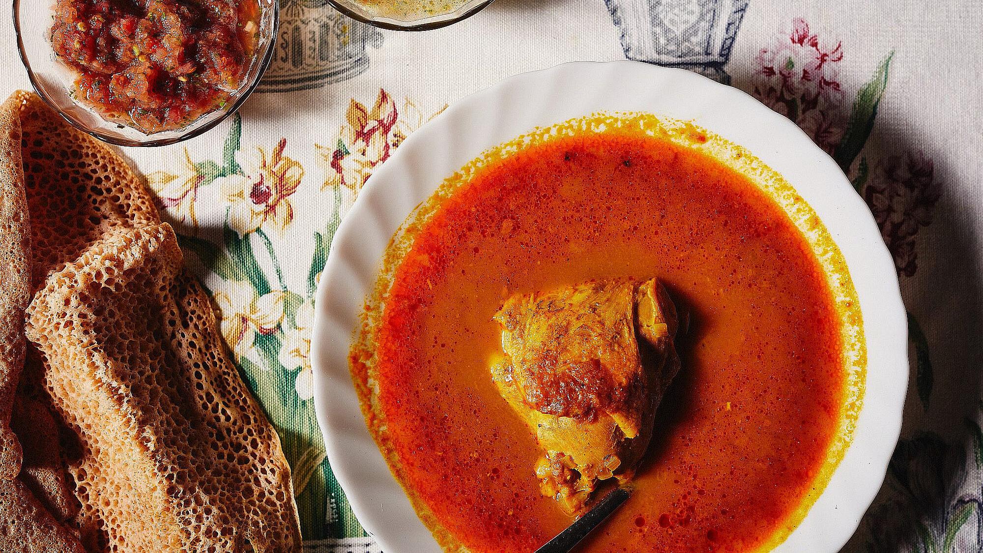 מרק עוף אדום של מזל מדהלה. צילום: מתן כץ.