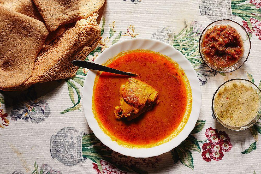 זרעי הדורה הטחונים שבחוויאג' מעניקים למרק צבע וטעם ייחודיים מרק עוף אדום של מזל. צילום: מתן כץ