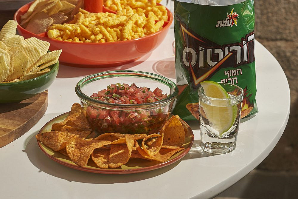 דוריטוס חמוץ־חריף + טקילה + סלסת עגבניות. צילום: אנטולי מיכאלו, סטיילינג: נעמה רן